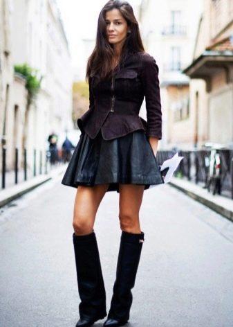 Кожаная юбка солнце в сочетании с курткой