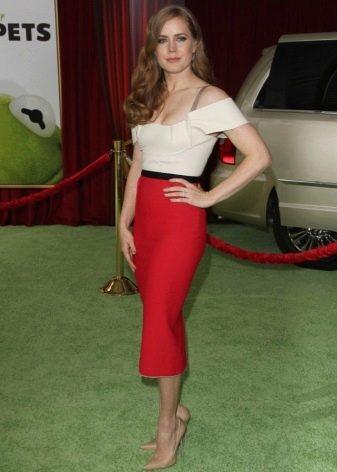 Красная юбка карандаш в сочетании с бежевыми туфлями