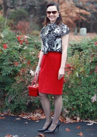 Красная юбка карандаш в сочетании с черными туфлями