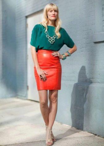 Красная юбка карандаш и украшения к ней