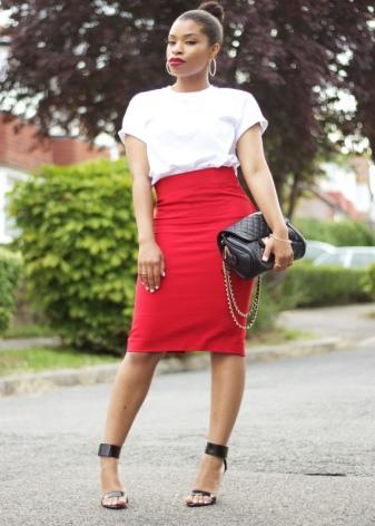 Красная юбка карандаш с белым топом - вечерний образ