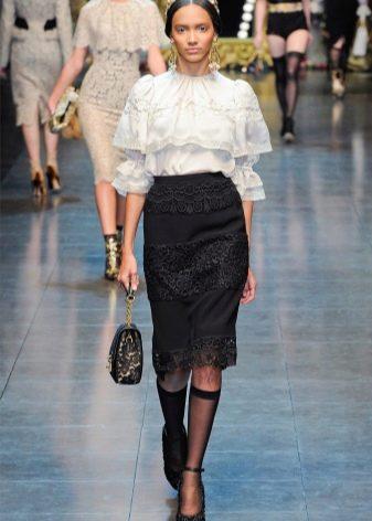 юбка-карандаш из кружевной ткани и блузка с воланами