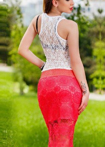 красная кружевная юбка-карандаш с белым топом