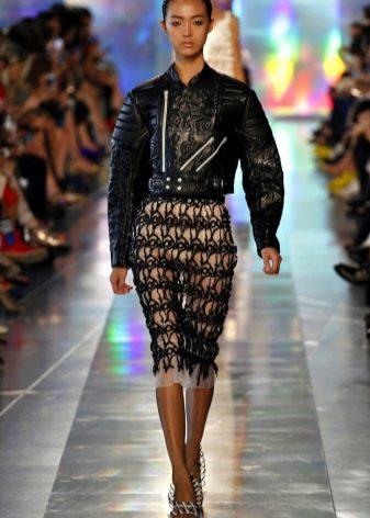 юбка-карандаш из кружевной ткани с кожаной курткой