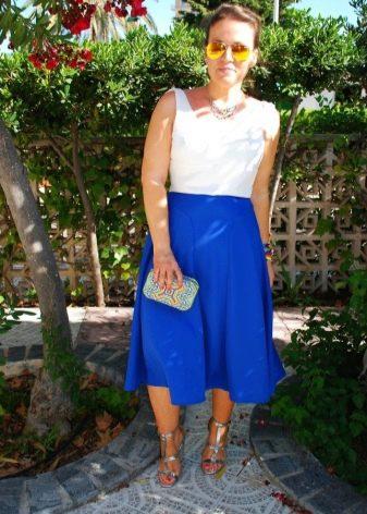ярко-синяя юбка для лета средней длины
