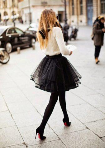 Классические туфли на каблуке и летняя пышная юбка