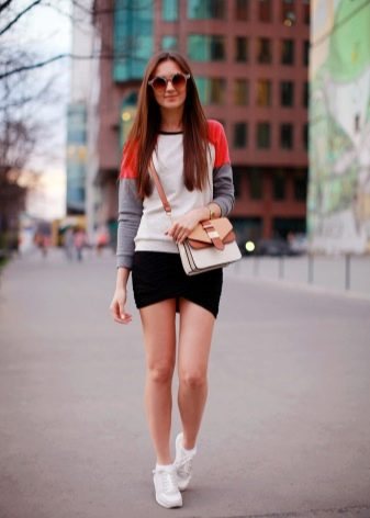 микро юбка-тюльпан в спортивном образе