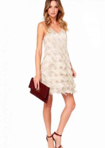 Белое вечернее платье с бахромой