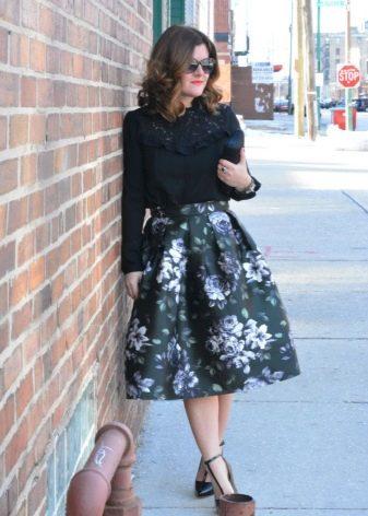 Темная с цветочным принтом пышная юбка средней длины на лето