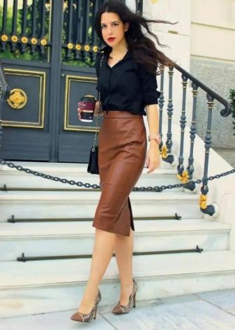 Прямая коричневая юбка средней длины