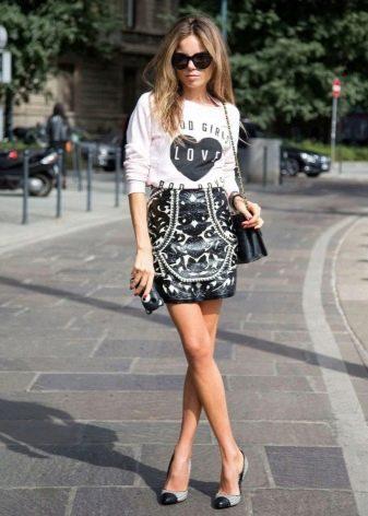Короткая прямая юбка для девушек со стройными ногами
