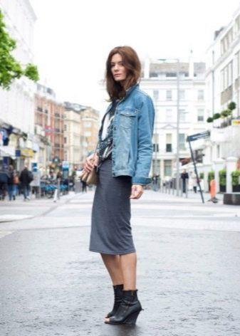 Прямая трикотажная серая юбка