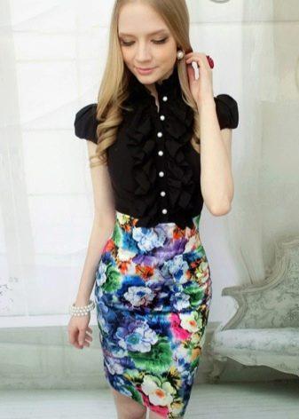 Юбка карандаш с цветочным принтом в сочетание с черной блузой