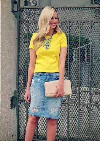 Джинсовая юбка карандаш с ярким топом