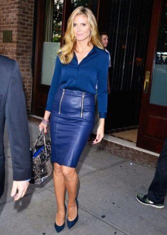 Кожаная синяя юбка карандаш с синей блузкой
