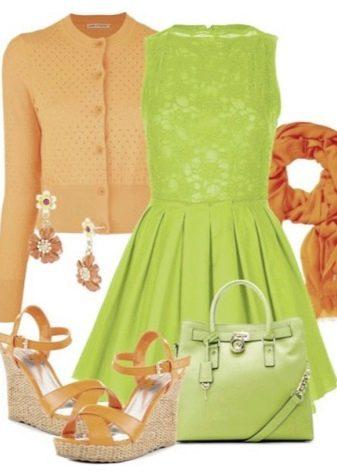 Салатовое платье в сочетание с оранжевыми аксессуарами