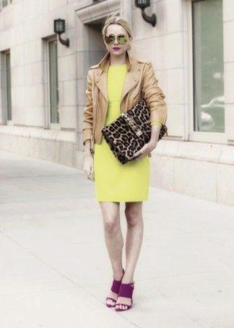 Салатовое платье с коричневой курткой из кожи