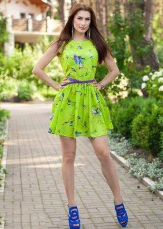 Салатовое платье с фиолетовым принтом и пояском