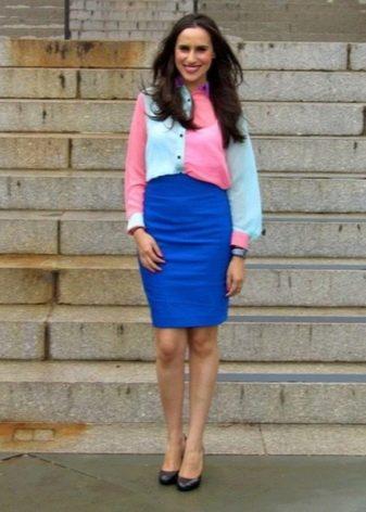 Синяя юбка карандаш в сочетание с яркой двухцветной рубашкой