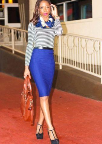 Синяя юбка карандаш в сочетание с полосатой кофточкой