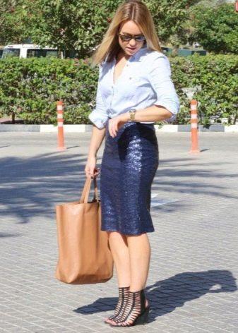 Темно-синяя юбка карандаш со светлой рубашкой - деловой образ