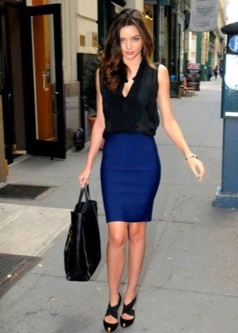Темно-синяя юбка карандаш с черной блузой безрукавкой - деловой образ
