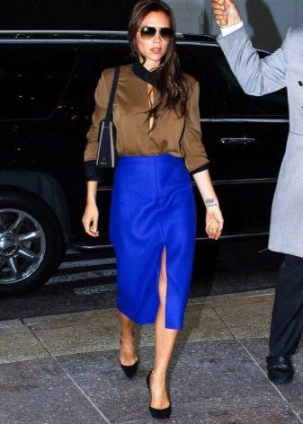 Синяя юбка карандаш в сочетание с коричневой рубашкой - деловой образ