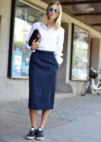 Синяя длинная юбка карандаш в сочетании со слиперами - повседневный образ