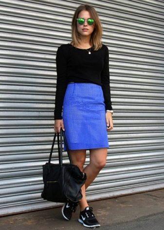 Синяя юбка карандаш в сочетание с кроссовками - повседневный образ