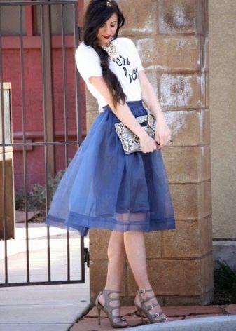 Пышная юбка из органзы в сочетании с футболкой