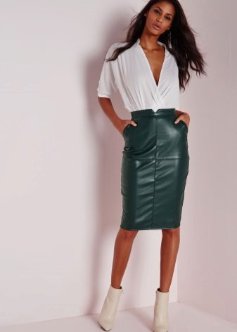юбка-карандаш средней длины из зеленой кожи