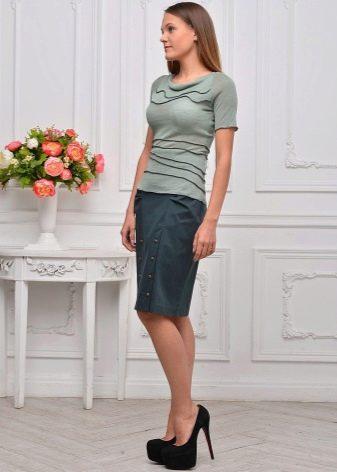 юбка-карандаш средней длины с декоративными  клепками
