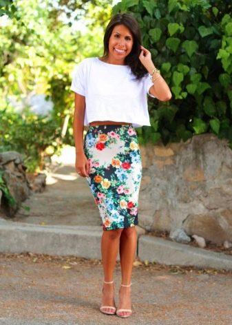летняя юбка-карандаш средней длины с цветочным принтом