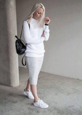 трикотажная юбка карандаш в сочетании с кедами