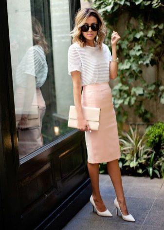 Узкая юбка футляр ниже колена в персиковом цвете