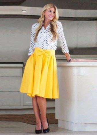 Желтая юбка средней длины с бантом