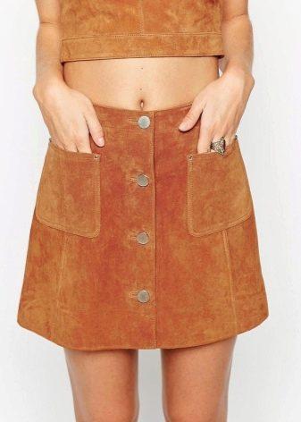 Как украсит юбку пуговицами