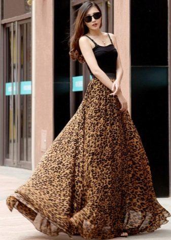 Длинная юбка солнце с леопардовым принтом в сочетании с черной майкой