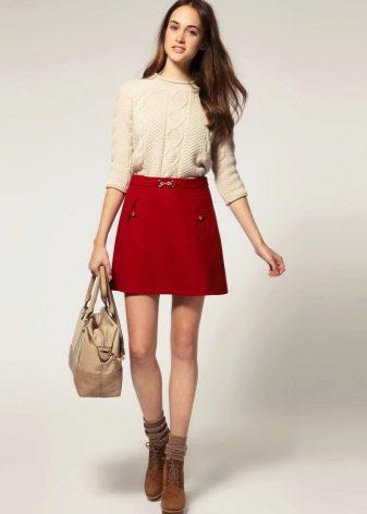 две девушки в черной и красной обтягивающих юбках