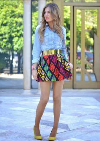 Девушки в обтягивающих юбках и чулках