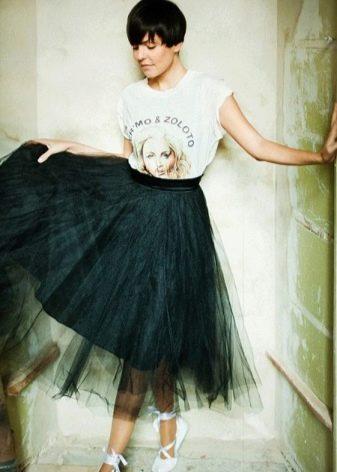 В повседневной жизни, чтобы не выглядеть как балерина, выбирайте футболку с  контрастным принтом или эффектной надписью. f4a7d18b8c5