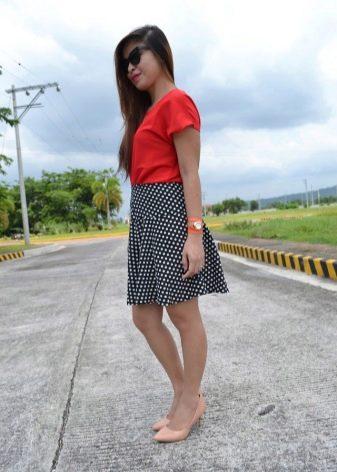 8cefdc3e0e3 Стройным девушкам стоит обратить внимание на светлые юбки в тёмный горох.  Обладательницы пышных форм будут выглядеть стройнее в тёмной юбке
