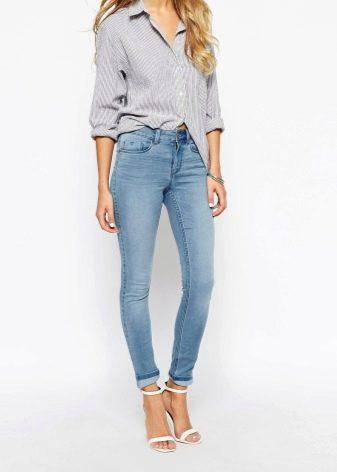 a9b9a4abdd5 Примеряя джинсы скинни в магазине