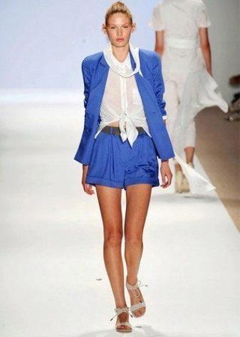 dd98d3e1729d Например, Аманда Сейфрид предпочитает шелковый костюм с шортами голубого  цвета. Чтобы костюм подчеркивал яркость своей хозяйки.