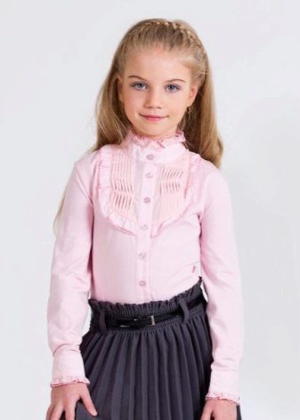fbd4fab7a5e При выборе блузки для школьного гардероба немаловажное значение следует  уделять материалу