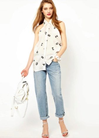 f612a1b16c1 Белая удлиненная рубашка без рукавов может стать хорошим дуэтом к брюкам  для создания летнего лука.