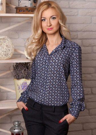 c99d8dbd90f0 Такую модель от классической блузки отличает наличие полочки с пуговицами,  втачанного рукава и воротника. Такие блузки могут быть выполнены не только  из ...