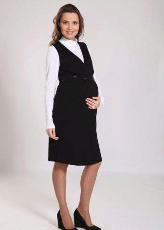 e92a2cadc845032 Сарафан для беременных из джинсы (это также натуральная ткань) обычно  бывает украшен карманами (внутренними и нашивными), куда можно положить  необходимые ...