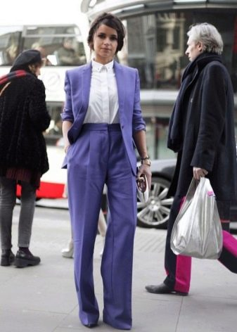 05a94508b9a Такой костюм – безусловный фаворит этого сезона. Широкие брюки замечательно  смотрятся с приталенным пиджаком. В совокупности они делают образ  изысканным и ...