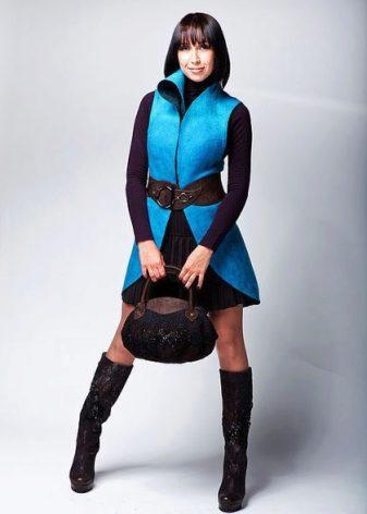 Носок обуви закрыт кожаной вставкой в тон. Короткая плиссированная юбка и  приталенный войлочный жилет яркого цвета вместе с валенками создают игривый  и ... 8321f02c524